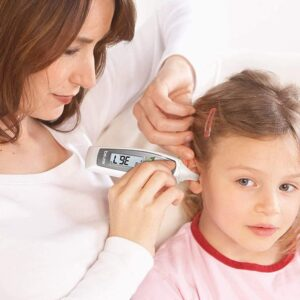 mujer tomandole temperatura a su hija con termometro multifuncion vista ampliada