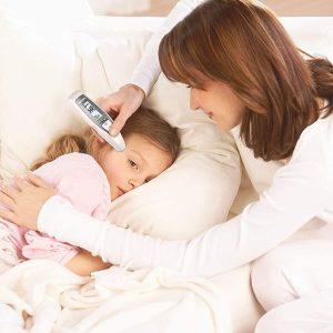 mujer tomandole temperatura a su hija con termometro multifuncion