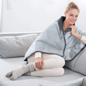 mujer sentada en el sillon con capa electrica