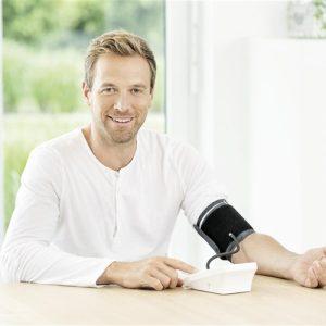 hombre usando tensiometro de brazo