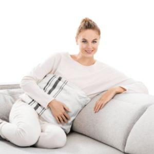 Mujer sentada usando almohadilla electrónica