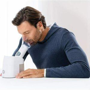hombre usando nebulizador