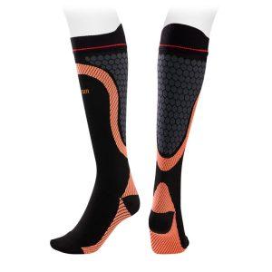 vista completa de calcetines compresivos transpirables sport de alta calidad color naranja.